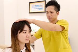 頭痛施術風景